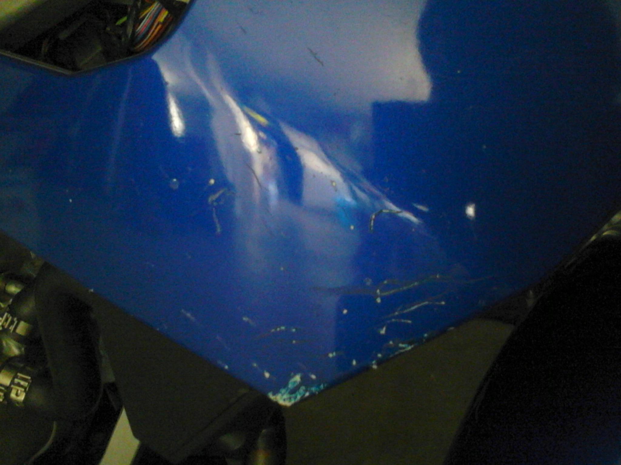 Cette photo vous montre plus ou moins bien les impacts que j'ai sur mon carénage droit.